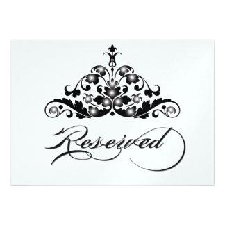A mesa reservado assina dentro o revestimento metá convite