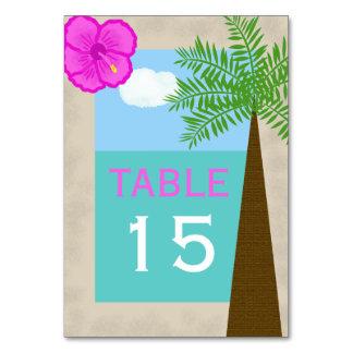 A mesa tropical do casamento de praia numera cartõ