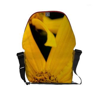 A mini bolsa mensageiro da flor amarela