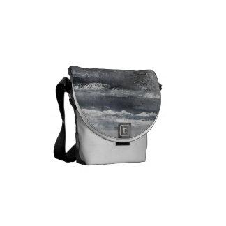 A mini bolsa mensageiro da praia preto e branco