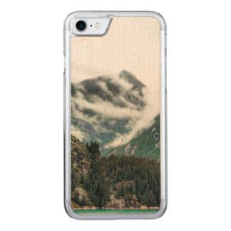 A montanha nevoenta cobre a capa de telefone de