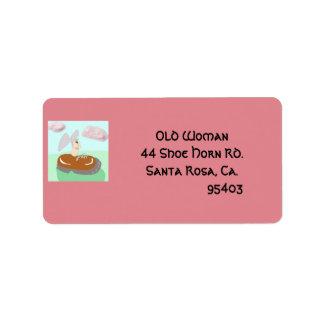 A mulher adulta nos calçados etiqueta de endereço