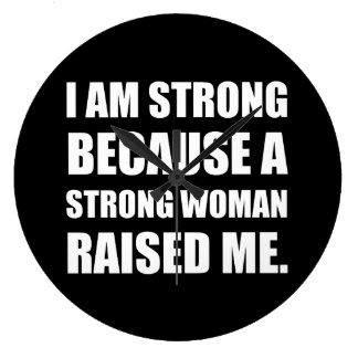 A mulher forte aumentou-me relógio grande