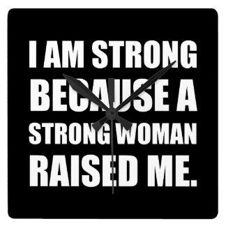A mulher forte aumentou-me relógio quadrado