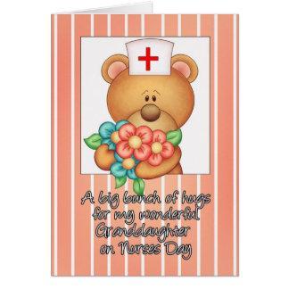 A neta nutre o cartão do dia com enfermeira que o