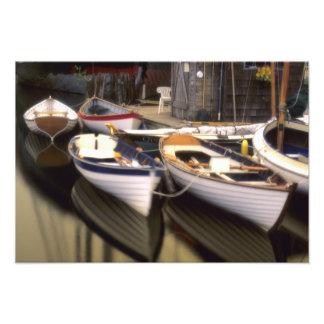 A névoa cerca quatro barcos entrados impressão de foto