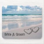 A noiva & o noivo nomeiam escrito na areia mousepads