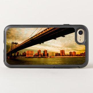 A opinião da ponte de Manhattan do lado de Capa Para iPhone 7 OtterBox Symmetry