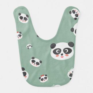 A panda bonito enfrenta o babador do bebê