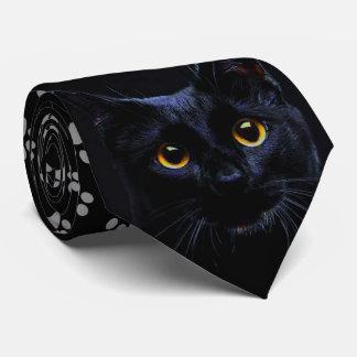 A pata cinzenta do gato preto imprime a gravata