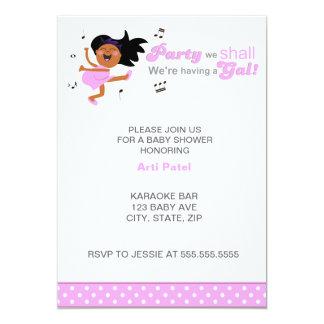 A pele escura da dança cor-de-rosa Mamã-à-está chá Convite