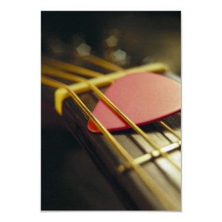 A picareta da guitarra dobrou dentro cordas convite 8.89 x 12.7cm