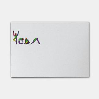 A pintura da ioga levanta o YOGA. da soletração Post-it Notes