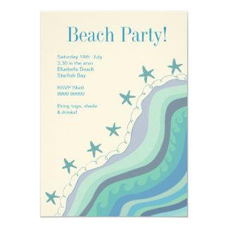 A praia azul acena o convite de festas do verão da