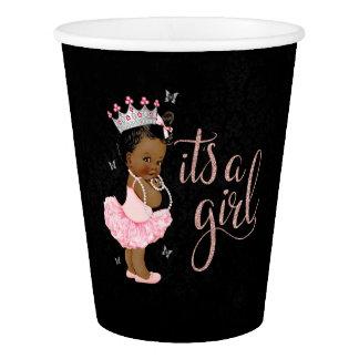A princesa étnica é copos de um chá de fraldas da