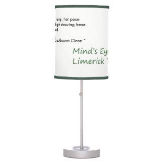 A quintilha jocosa do olho da mente visita a luminária de mesa