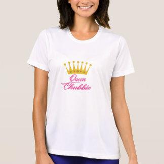 A rainha Chubbie elabora a camisa