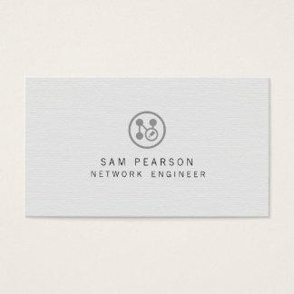 A rede do engenheiro da rede aponta o computador cartão de visitas