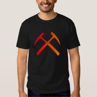 A rocha cruzada martela o t-shirt