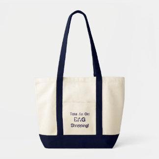 A sacola engraçada toma uma compra do saco velho bolsa de lona