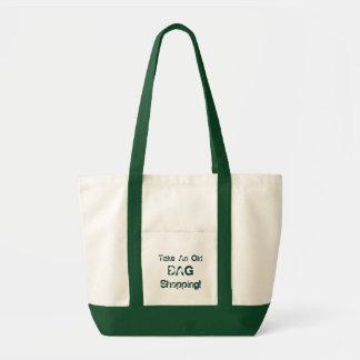 A sacola engraçada toma uma compra do saco velho,  bolsas de lona