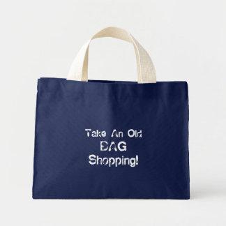 A sacola engraçada toma uma compra do saco velho,  bolsa tote mini