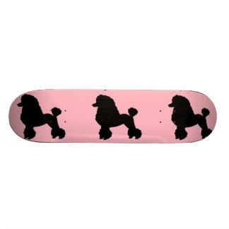 A saia cor-de-rosa da caniche inspirou o skate
