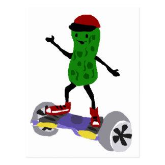 A salmoura engraçada está no skate motorizado cartão postal