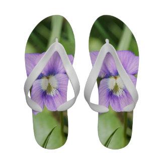 A sandália das mulheres flor roxa flip-flops