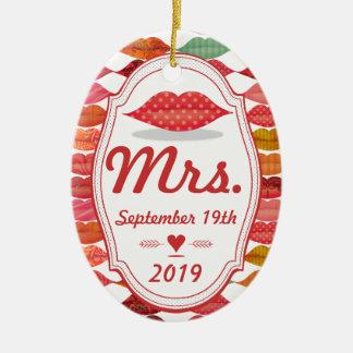 A Sra. Lembrança da noiva com data Ornamento De Cerâmica Oval