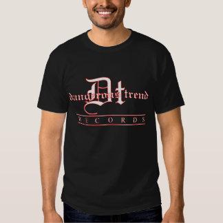 A tendência perigosa grava o T preto do logotipo T-shirts