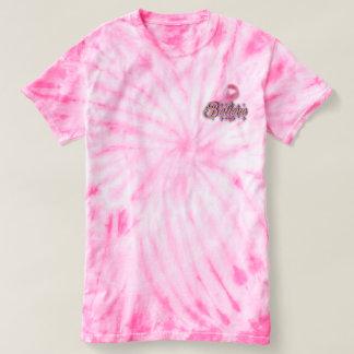 A tintura cor-de-rosa do laço acredita a camisa do
