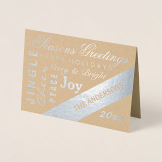 A tipografia de prata do feriado adiciona o ano do cartão metalizado