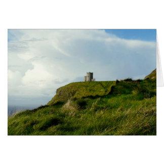 A torre de O'Brien, penhascos de Moher, Ireland Cartão