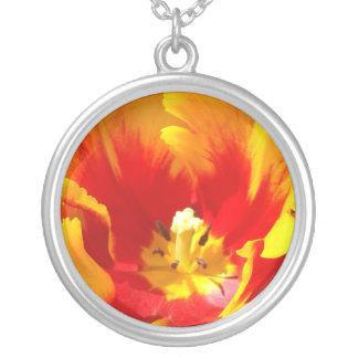 A tulipa amarela vermelha floresce presentes da colar com pendente redondo