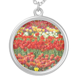 A tulipa vermelha floresce presentes florais das colar com pendente redondo