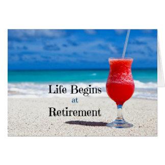 A vida começa na aposentadoria, bebida gelado na cartão comemorativo