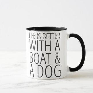 A vida é melhor com um barco & uma caneca do cão