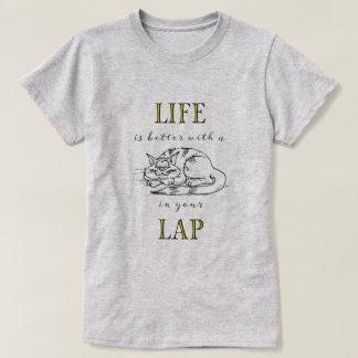 A vida é melhor com um gato em seu regaço camiseta