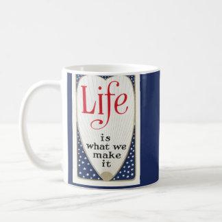 A vida é o que nós lhe fazemos caneca de café