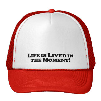 A vida é vivida no momento - básico boné