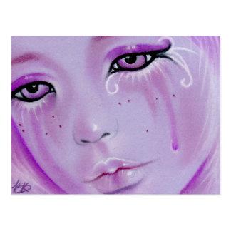 A violeta rasga o cartão triste da menina