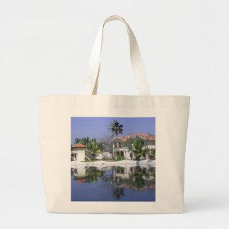 A vista das casas de campo e a lagoa molham em bolsa para compra