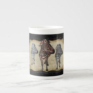 A zebra cor-de-rosa sombreia a caneca caneca de porcelana