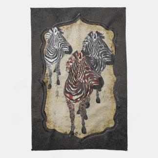 A zebra cor-de-rosa sombreia a toalha
