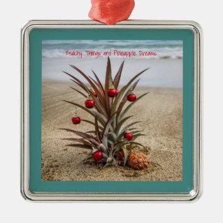Abacaxi da praia com enfeites de natal vermelhos