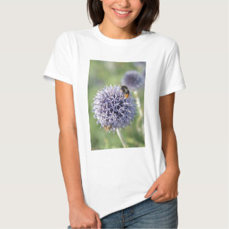 Abelha na flor malva camiseta