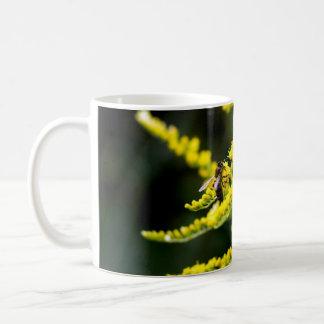 Abelha no Wildflower amarelo Caneca De Café