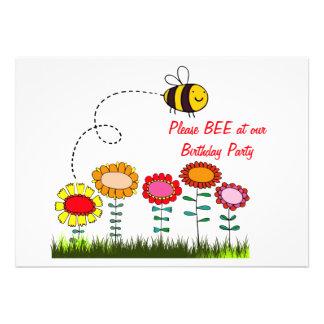 Abelha que zumbe uma festa de aniversário do jardi