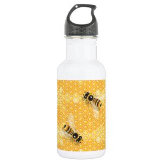 Abelhas na garrafa de água dos favos de mel